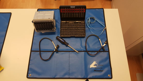 Werkzeuge und Gegenstände für den einbau des Festplattenkäfig