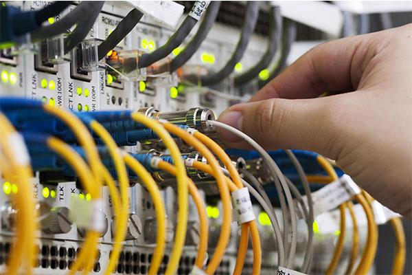 Sorgfältige EDV Netzwerkverkabelung aus und in Düsseldorf